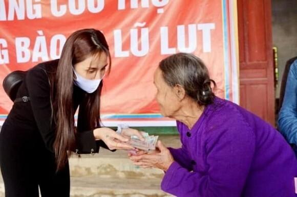 Không còn đủ tiền quyên góp, Thủy Tiên giảm số nhà chống lũ để có thể giúp được nhiều người dân