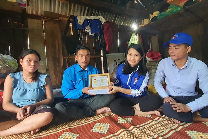 Người cứu 3 phụ nữ bị lũ cuốn trôi được tặng huy hiệu Tuổi trẻ dũng cảm
