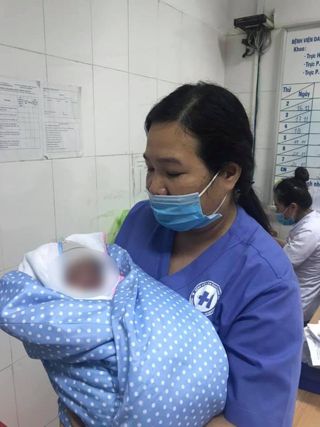 Bé trai sơ sinh bị bỏ rơi trong tình trạng nguy kịch