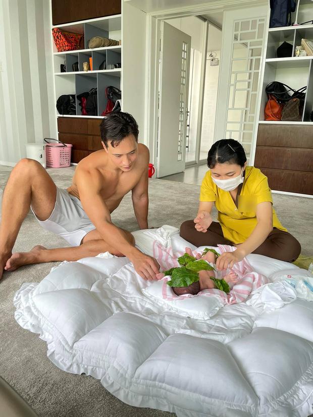 Kim Lý chăm chú học mát-xa cho 2 nhóc tỳ, đúng chuẩn 'ông bố bỉm sữa'