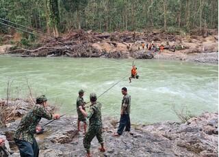 Dùng ròng rọc đưa người qua sông tìm kiếm nạn nhân Trà Leng mất tích