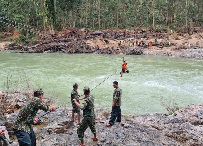 Bộ đội phải dùng ròng rọc đưa người qua sông tìm kiếm nạn nhân Trà Leng mất tích