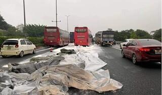 Xe tải làm rơi bao bột đá xuống cao tốc khiến 2 xe khách gặp nạn
