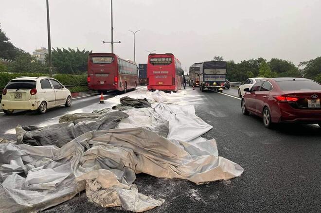 Hàng chục bao bột đá rơi trên cao tốc, 2 xe khách tông vào nhau