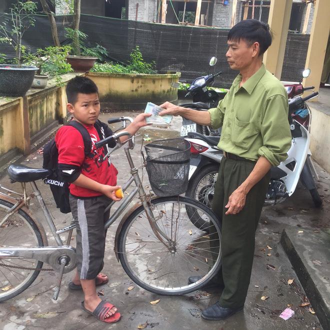 Học sinh lớp 4 nhặt được 3 triệu đồng liền đạp xe đến giao cho công an