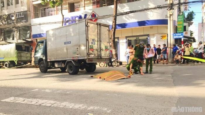 Người phụ nữ bán vé số bị xe tải tông tử vong