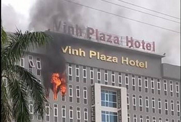 Khách sạn Vinh Plaza cháy lớn, đồ đạc trong phòng bị thiêu rụi