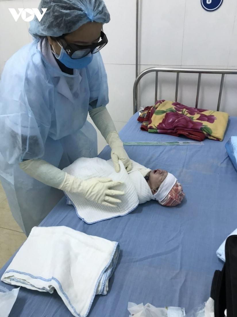 Bé trai nặng 3,5 kg chào đời khỏe mạnh tại khu cách ly Covid-19