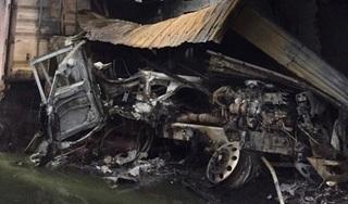 Xe đầu kéo tông nhau rồi lao vào nhà dân bốc cháy, tài xế tử vong