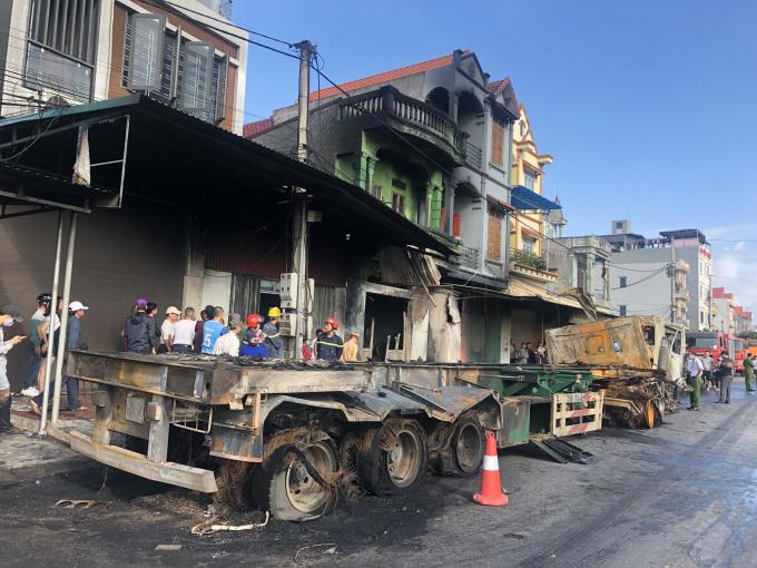 Hai xe đầu kéo tông nhau rồi lao vào nhà dân bốc cháy, tài xế tử vong