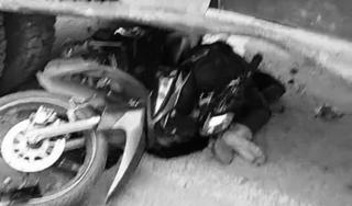 Tài xế xe máy tử vong tại chỗ sau cú đâm cực mạnh vào máy xúc
