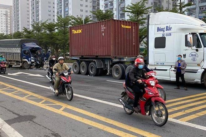 Cảnh sát cứu nạn nhân mắc kẹt trong cabin xe tải sau khi va chạm giao thông