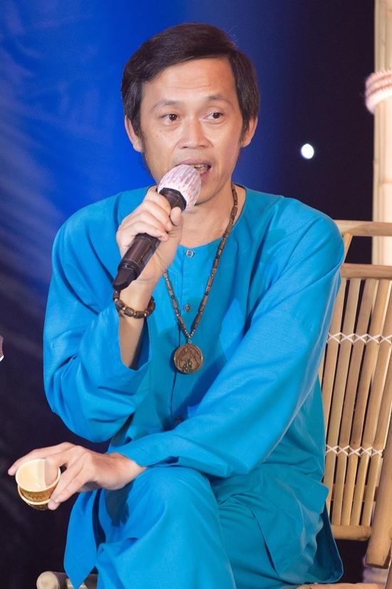 Hoài Linh xin khán giả đừng 'ném đá' chỉ vì dùng chiếc áo đã 5 năm