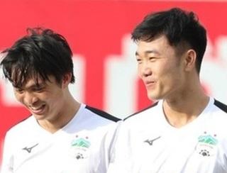 Các sao bóng đá và nghệ sĩ Việt đấu giao hữu quyên góp ủng hộ miền Trung