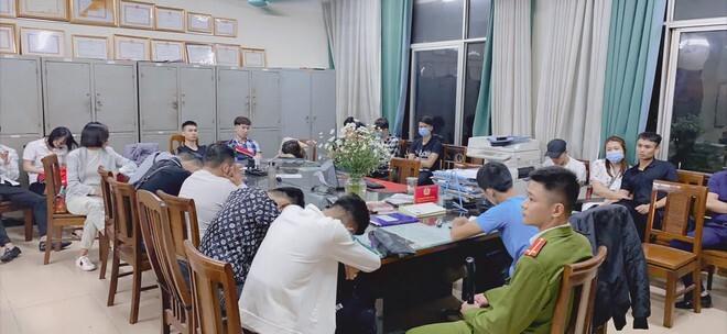 Bắt hàng chục dân chơi dương tính với ma túy tại quán bar ở Hà Nội