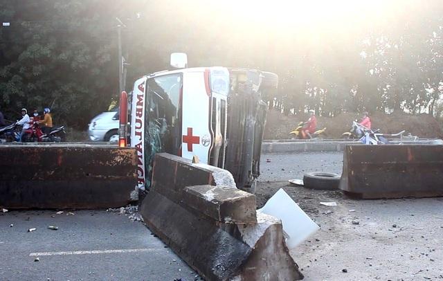Xe cấp cứu tông vào dải phân cách, lật ngang khiến 2 người bị thương