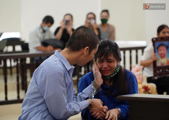 Tòa tuyên án tử hình bố dượng, chung thân cho mẹ đẻ bé 3 tuổi bị bạo hành đến chết