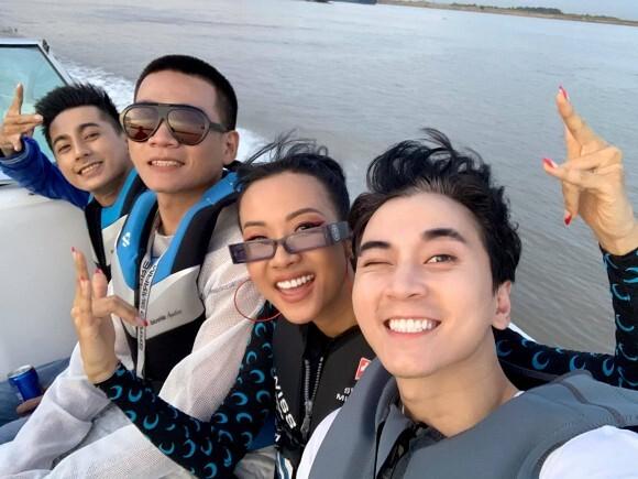 HLV 'Rap Việt' hội ngộ trên du thuyền sang chảnh, Karik bị soi trang điểm quá kỹ