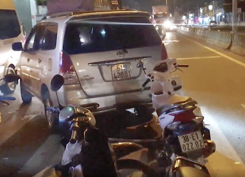 Xe ô tô 7 chỗ lạng lách rồi tông hàng chục xe máy đang dừng đèn đỏ