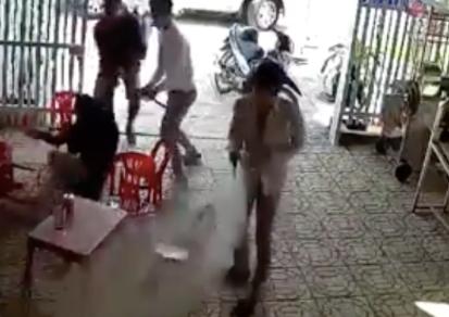 Tạm giữ người mẹ thuê người bắt con gái vì ngăn cấm tình cảm