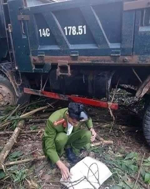 Chiếc xe tải dừng đỗ mất phanh, trôi tự do khiến 2 người tử vong