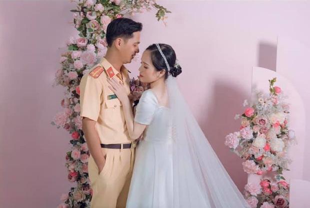 Bị xử lý vi phạm giao thông, hơn 1 năm sau cô gái cưới luôn anh cảnh sát
