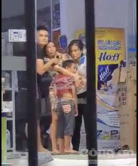 Nghẹt thở giải cứu 2 mẹ con cùng 1 nữ nhân viên bị thanh niên ngáo đá khống chế