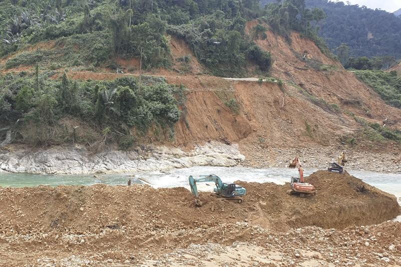 Tìm kiếm các nạn nhân mất tích ở thủy điện Rào Trăng 3 dưới lòng suối