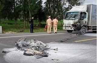 Xe tải va chạm xe máy rồi bốc cháy dữ dội, một người tử vong
