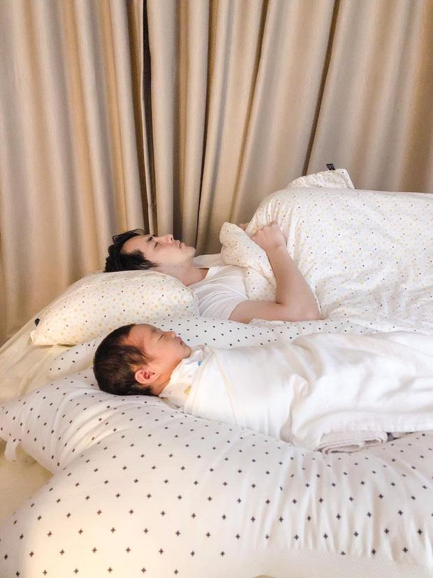Khoe ảnh con gái ngủ say bên Ông Cao Thắng, Đông Nhi than trời khi bị cho 'ra rìa'