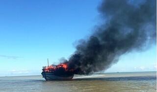 Tàu chở khách bất ngờ bốc cháy dữ dội trên biển Quảng Nam