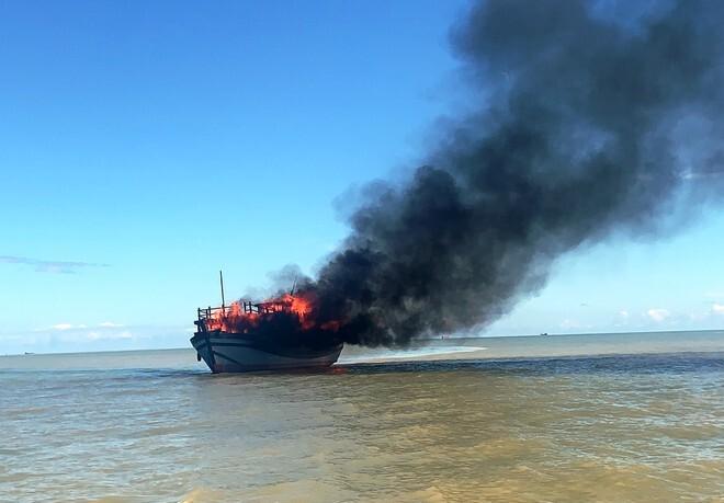 Tàu chở hàng chục hành khách bốc cháy dữ dội trên biển