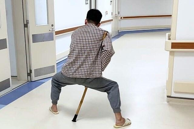 Nam thanh niên không thể tự đi lại, chân khuỳnh như con cua suốt hơn chục năm do mắc căn bệnh này