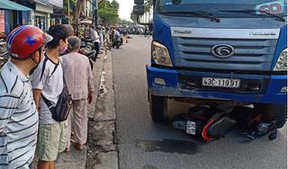 Dừng chờ đèn đỏ ở giao lộ, cô gái bị xe tải tông tử vong