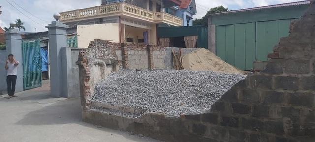 Một học sinh lớp 6 tử vong sau khi bị tường bao nhà dân đổ đè trúng người