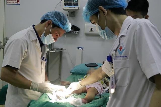 Bé trai nhiễm trùng nặng, sưng nề hai chân sau khi được người lớn đắp thuốc nam chữa bỏng
