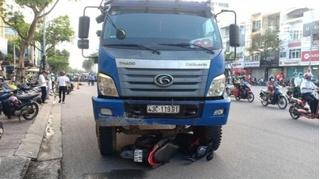 Tin tức tai nạn giao thông ngày 24/11: Chờ đèn đỏ, người phụ nữ bị xe ben cán tử vong