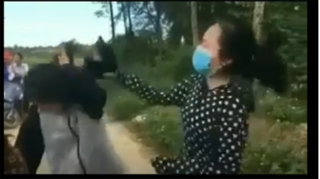 Nữ sinh bị bạn dùng mũ bảo hiểm đánh 13 phát vào đầu, bắt quỳ xin lỗi