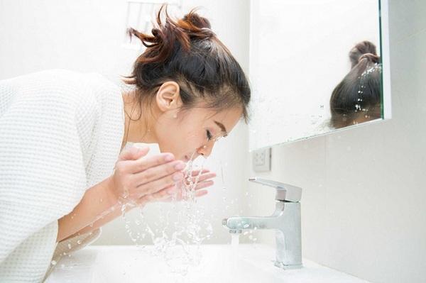 Tại sao không nên rửa mặt quá 1 phút
