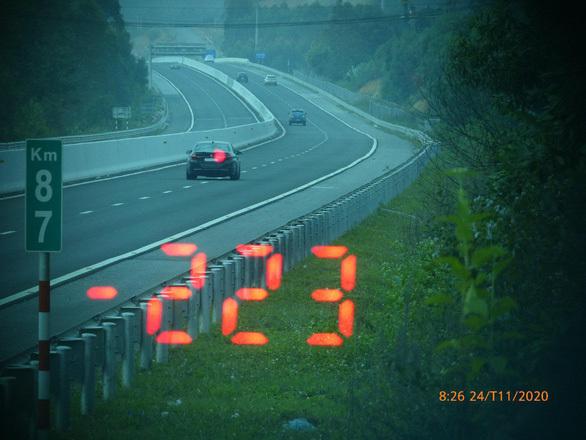 Tài xế BMW phóng xe tốc độ 223 km/giờ trên cao tốc vì lý do không tưởng