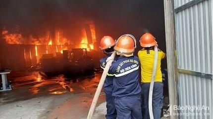 Kho chứa sơn ở thành phố Vinh bốc cháy ngùn ngụt lúc sáng sớm