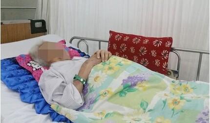 Đi khám do ra máu âm đạo, cụ bà phát hiện mắc ung thư hắc tố cổ tử cung hiếm gặp