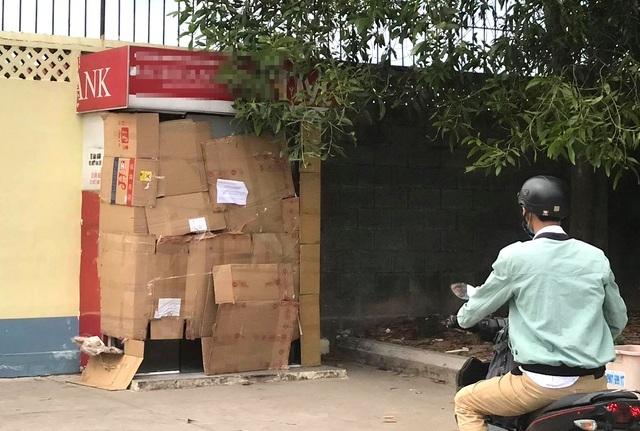 Người đàn ông bịt mặt cưa trụ ATM trộm tiền