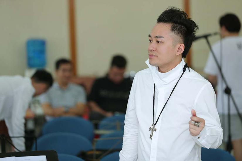 Tùng Dương 'làm đỏm' chăm chỉ tập luyện trước giờ G liveshow 'Con người'