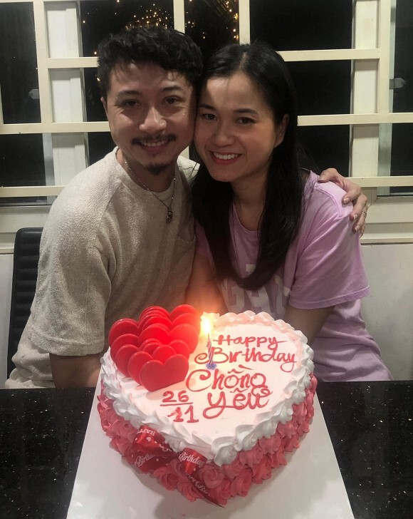 Vợ chồng Lâm Vỹ Dạ - Hứa Minh Đạt trao nhau nụ hôn ngọt ngào trong tiệc sinh nhật