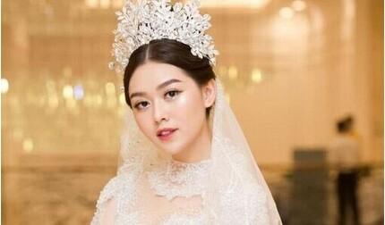 Hé lộ thiệp cưới của Á hậu Tường San và chồng sắp cưới