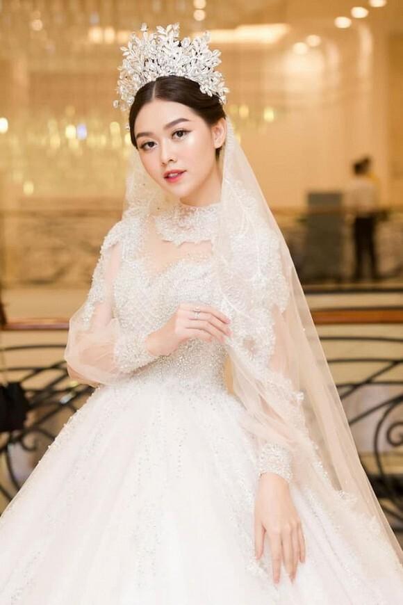 Hé lộ thiệp cưới của Á hậu Tường San và chồng sắp cưới.