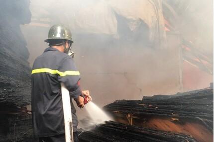 Cháy lớn tại công ty ván ép khiến 800 m2 nhà xưởng đổ sập
