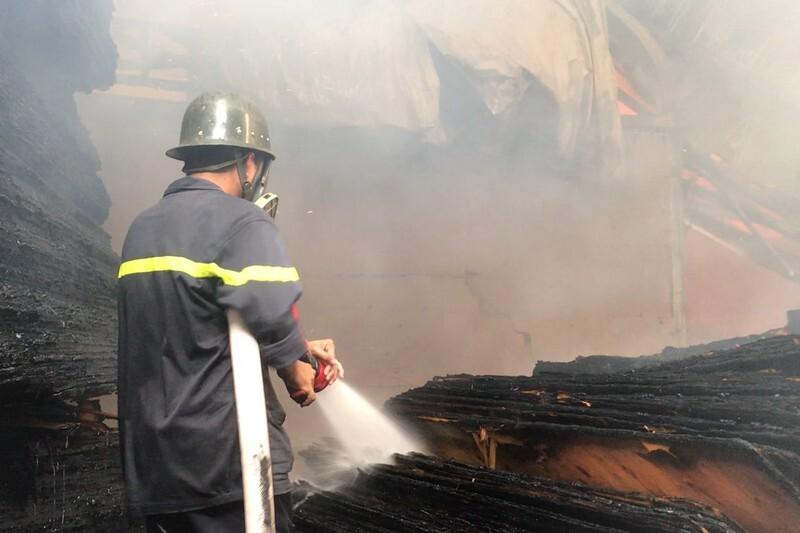 Đám cháy tại công ty ván ép khiến 800 m2 nhà xưởng đổ sập