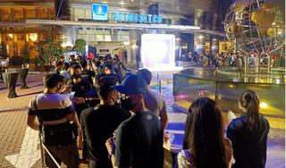 Hàng trăm người ở TP HCM xếp hàng chờ 'đập hộp' iPhone 12